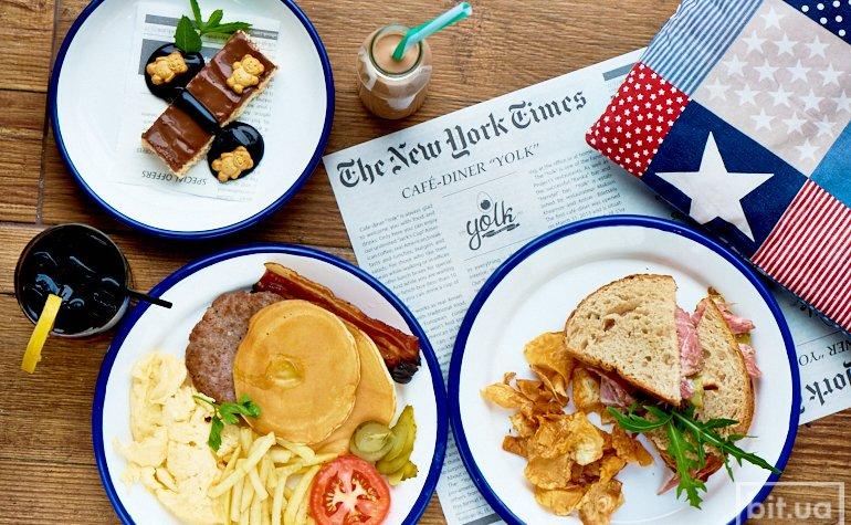 Большой американский завтрак, пастрами-сэндвич, баунты по-домашнему, молочный коктейль, айс ти ягодный