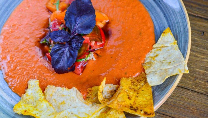 Хумус из томатов с салатом из трех видов помидоров и тархуном