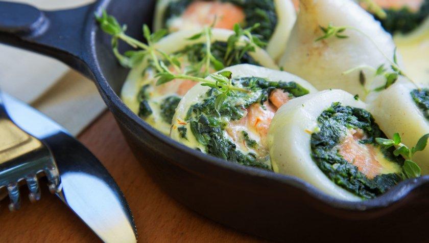 Кальмар, запеченный с лососем и шпинатом