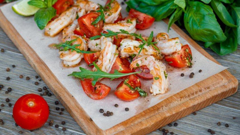 Креветки гриль с томатами и базиликом – 187 грн