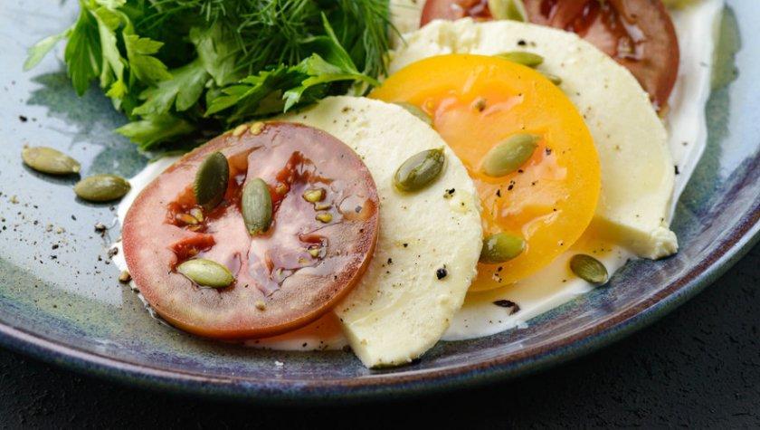 Капрезе по-батумски из 3 видов элитных помидоров и сыра – 105 грн