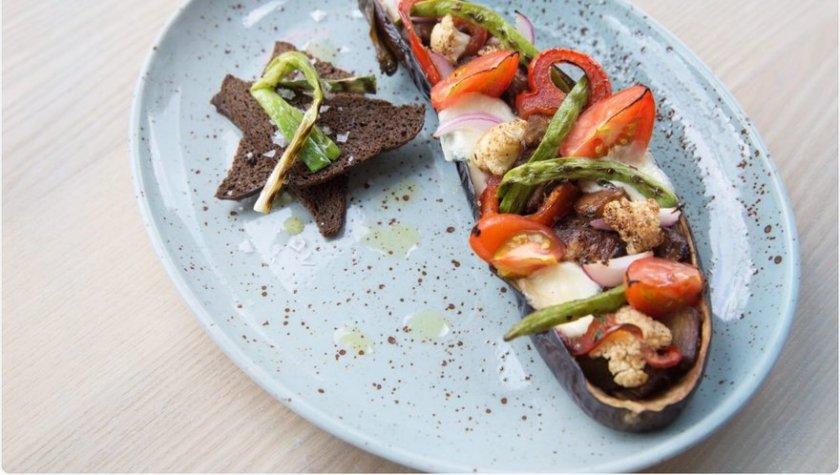 Баклажан, запечённый с овощами и моцарелой – 75 грн