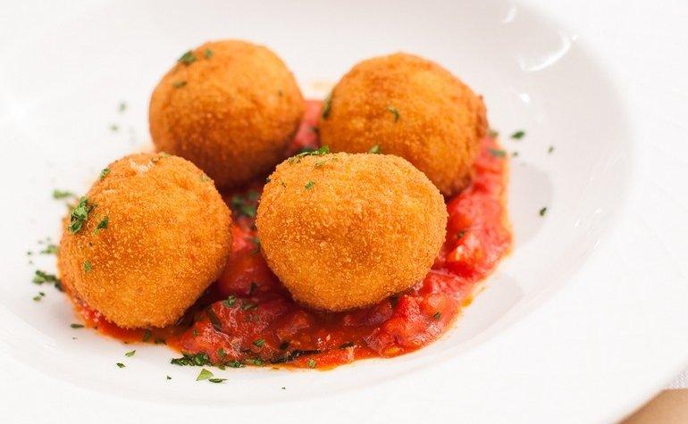 Аранчини с рикоттой, анчоусами и томатным соусом, 149 грн