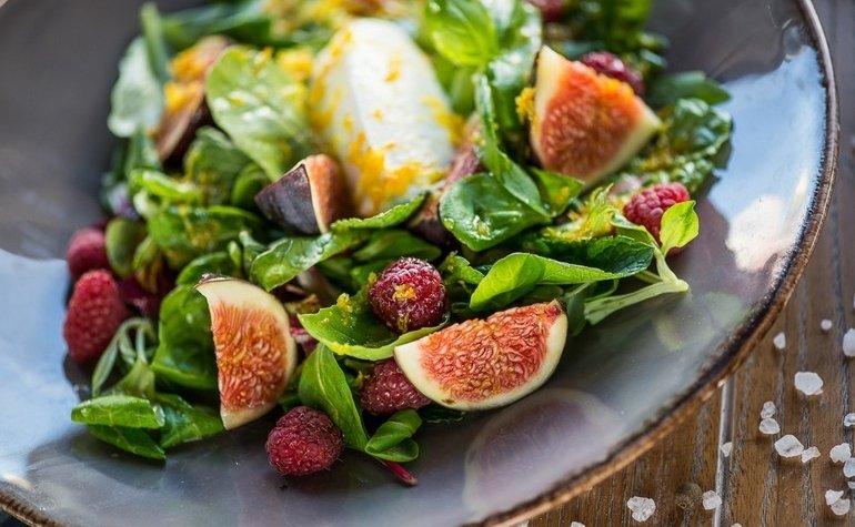 Салат с инжиром, козьим сыром и цитрусово-медовым соусом, 155 грн