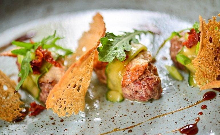 Тартар из говядины с угрем и вялеными томатами, 126 грн