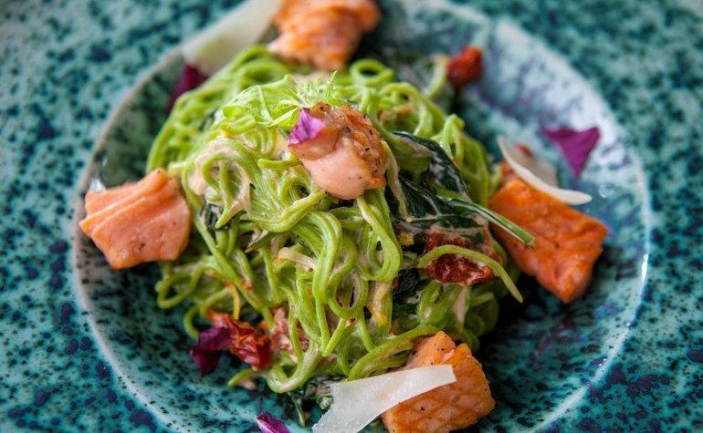 Спагетти из шпината с лососем и вялеными томатами, 211 грн