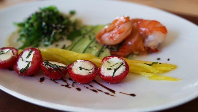 Салат с лососем, мякотью манго, креветкой, карпаччо из огурца и соусом «Фьюжн», 178 грн.