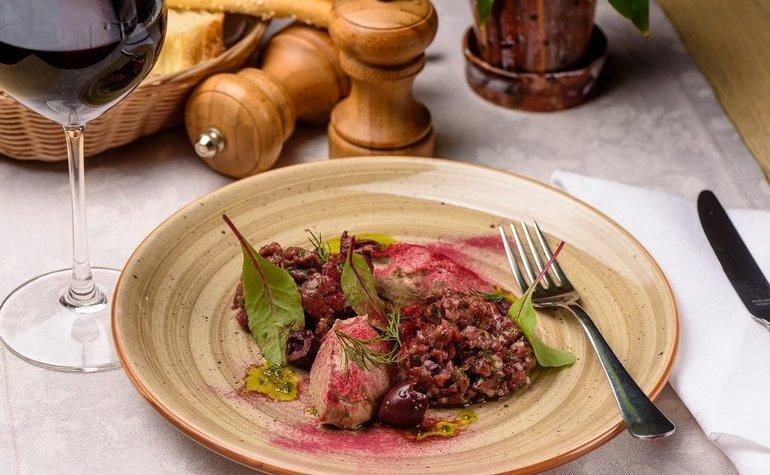 Тартар из говядины с копчёным мусом из баклажан, 156 грн.