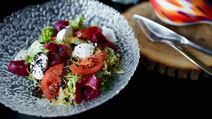 Листья салата со слабосоленой карпатской форелью и спелыми томатами – 165 грн