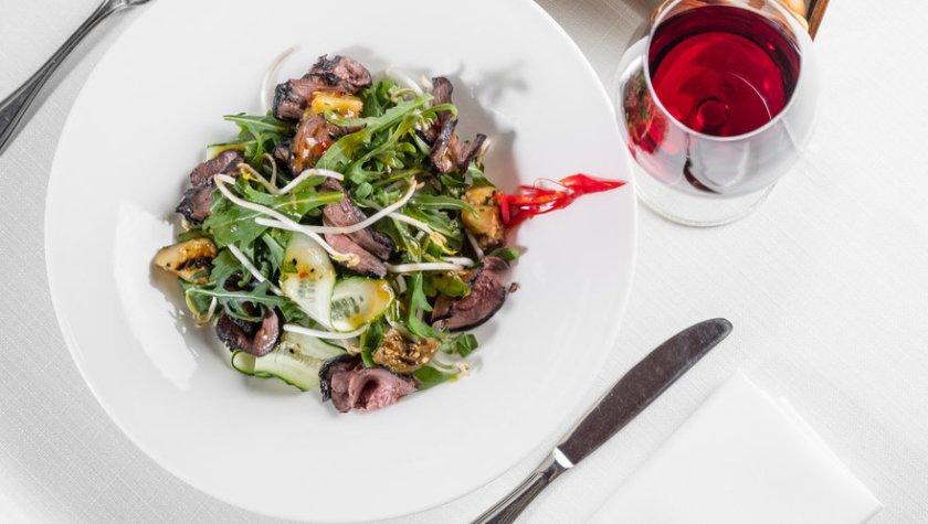 Салат с опаленной телятиной, ростками сои и азиатским соусом – 324 грн