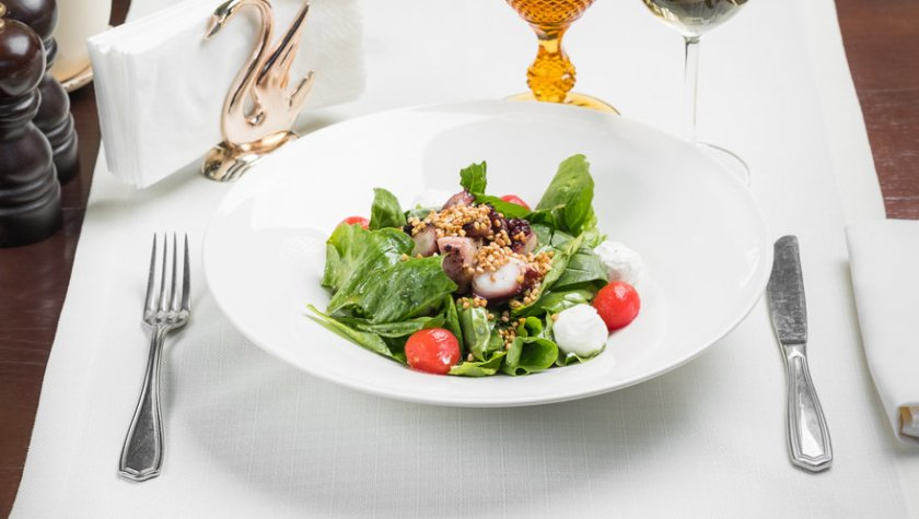 Салат с осьминогом, козьим сыром и зеленой гречкой – 612 грн