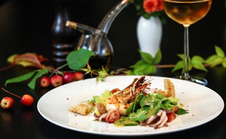 Салат с тигровой креветкой, бейби осьминогом, кальмаром, томатами черри и медово-горчичным соусом, 390 грн.