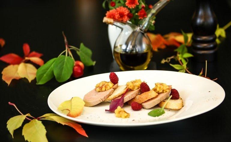 Террин из фуа-гра с яблочным чатни, малиной и кростинами из белого багета, 290 грн.
