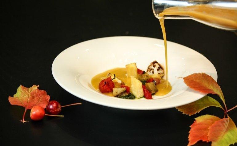 Крем-суп из чечевицы с печеными овощами и сыром камамбер, 130 грн.