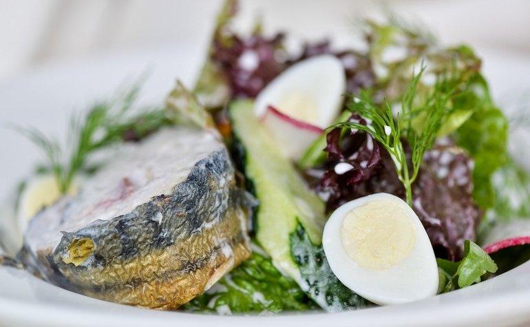 Овощной салат со скумбрией домашнего копчения, 165 грн.