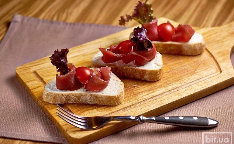 Брускетты вяленой телятиной, крем-сыром и томатами черри, 200 г./ 94 грн.