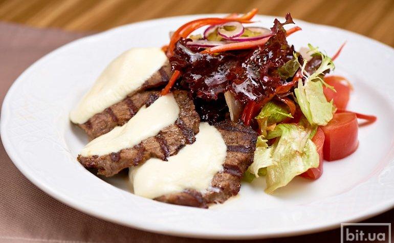 Теплый салат с телятиной и моцареллой, 275 г./104 грн.