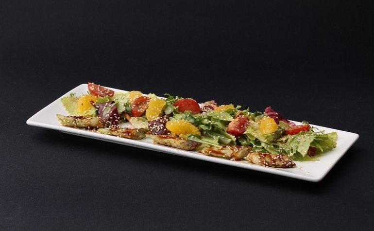 Микс-салат с морским окунем и соусом унаги