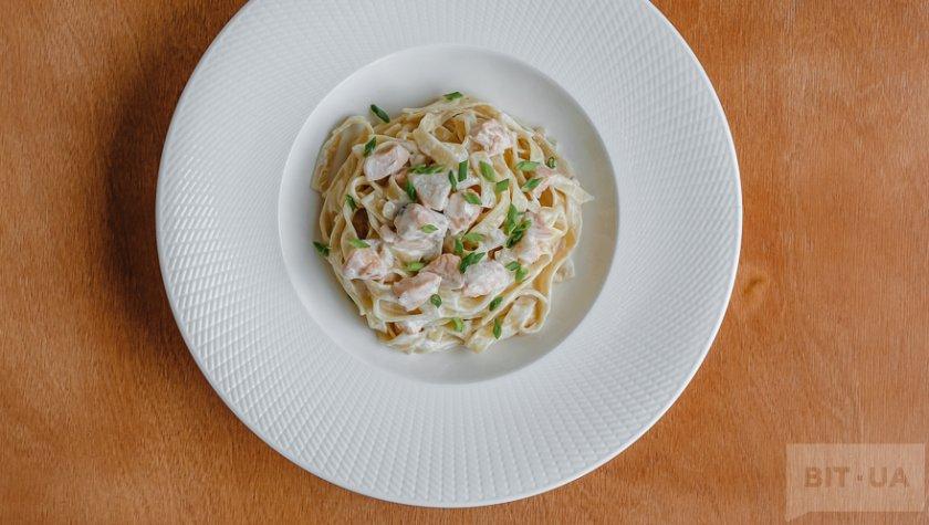 Тальятелле с лососем в кремовом соусе – 135 грн