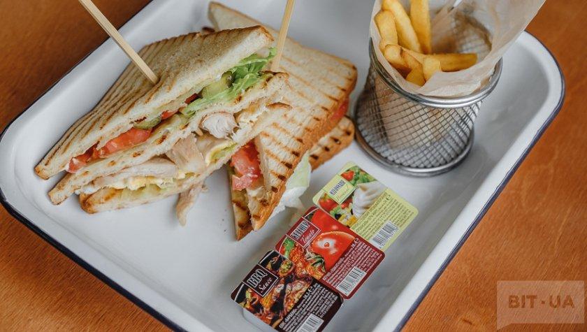 Клаб-сэндвич с курицей и картофелем фри – 110 грн