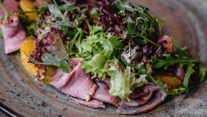 Салат с телячьим ростбифом су-вид и свежими овощами