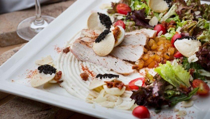 Салат с индейкой, ванильной грушей, кремом горгонзолла и миндальными хлопьями