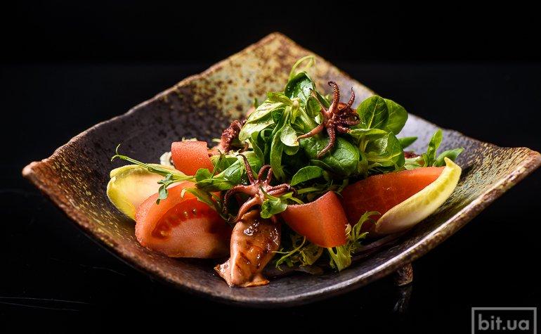Салат с беби кальмарами под соусом «Дресинг Юзу», 150 г., 195 грн.