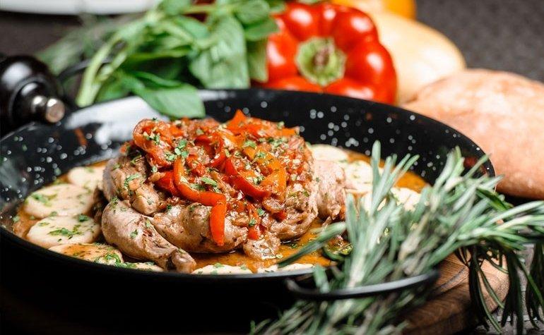 Цыплёнок, тушенный в домашнем вине с болгарским перцем