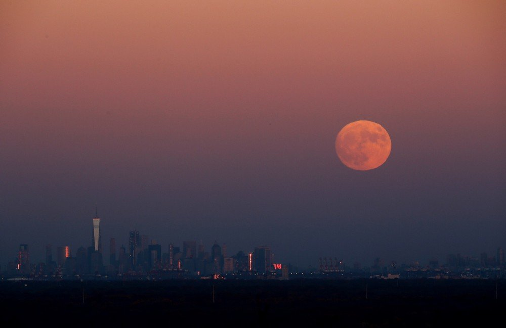 "Massive ""Super Moon"" Rises Over U.S"