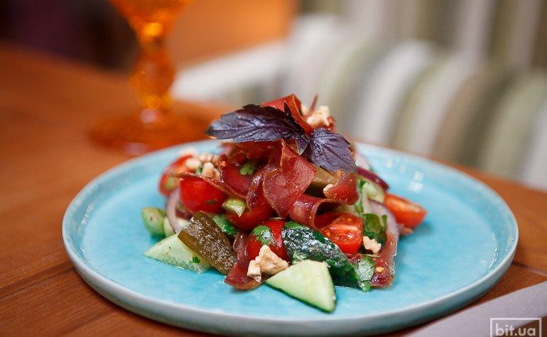 Салат по-кавказски с бастурмой, огурцами, сельдереем, томатами черри, грецким орехом, 116 грн.