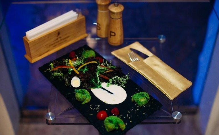 Легкая салатерия с меланжем из микс салата, креветками во французской панировке и дуэтом соусов Dorblu и Verdure-crema
