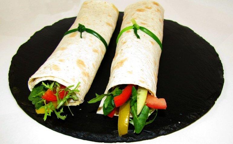 Роллы из цельнозернового лаваша с хумусом и овощами