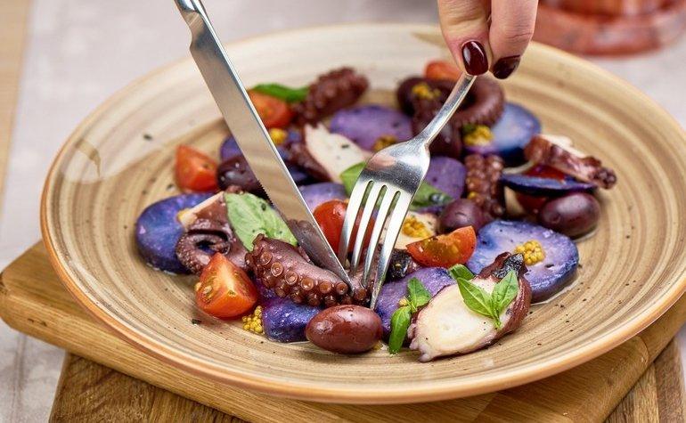 Салат с осьминогом и фиолетовой картошкой, 284 грн.