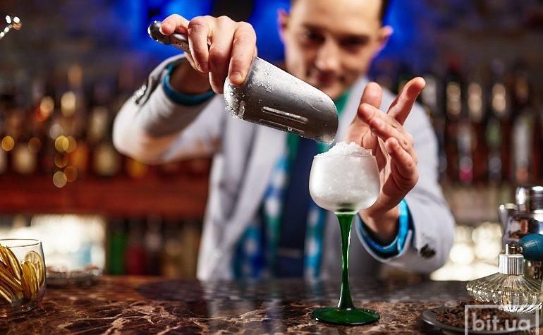 Евгений готовит коктейль Самурай