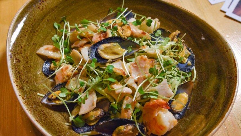 Mariscos Nuovo — обжаренные морепродукты с микрогрином под лаймово-горчичной заправкой