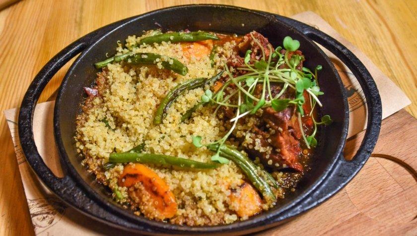 Сковорода с томленой в красном вине говяжьей щекой с киноа и овощами