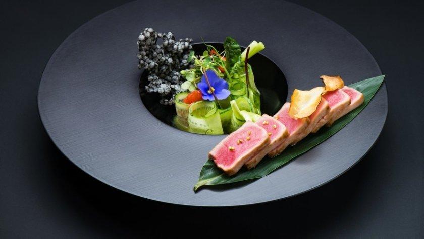 Испанский тунец с зеленым салатом и ростками редиса