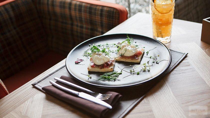 Яйца пашот с толстолобом и тостами – 60 грн