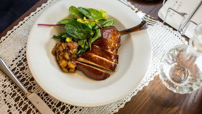 Копченая куриная ножка с яблочным чатни и миксом салатов