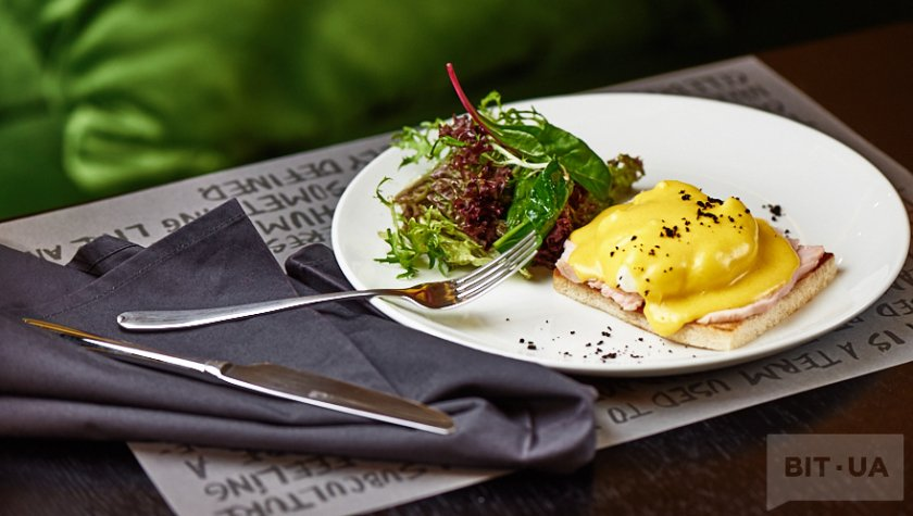 Яйцо бенедикт на поджаренном тосте с беконом и голландским соусом