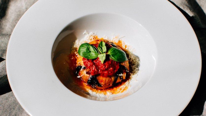 Тортино ди меланзане: сицилийский пирог без муки из запеченых баклажанов, рикотты, молодого сыра скаморца с томатным соусом, 65 грн