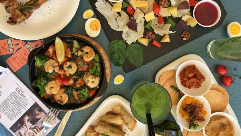 Креветки на сковороде с брокколи, шпинатом, нутом, томатами и соусом карри, 210 грн