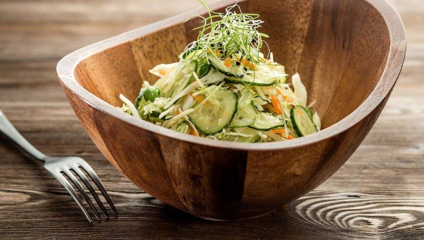 Салат из молодой капусты, зеленого горошка и огурца, 105 грн