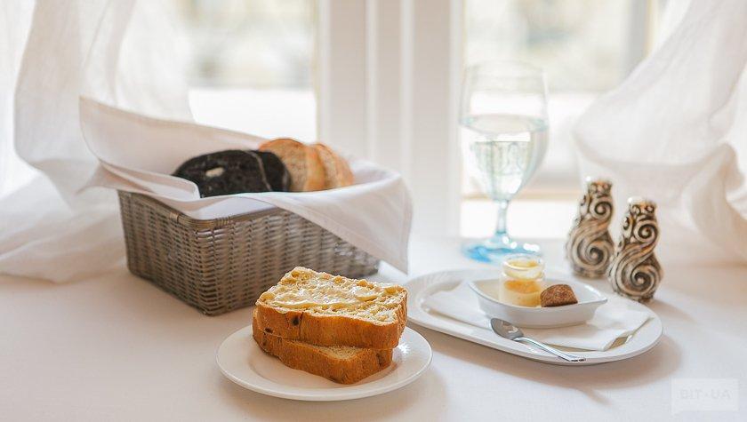 Хлебая корзина с тремя видами хлеба и сливочным муссом, 39 грн