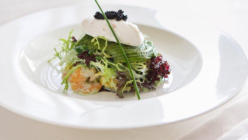 Салатный микс с паровыми креветками, сыром филадельфия, авокадо и острым соусом, 350 грн