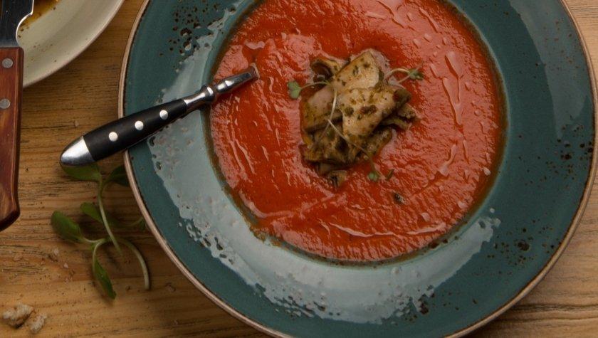 Пряный холодный суп из томатов и обжаренного на углях перца с ростбифом, 99 грн