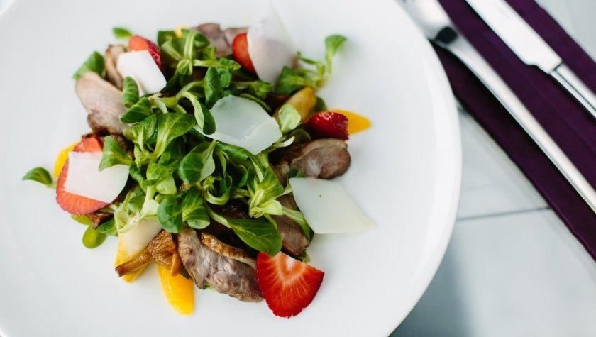 Салат с утиной грудкой, карамелизированными яблоками, лисичками, козьим сыром и клубникой, 210 грн
