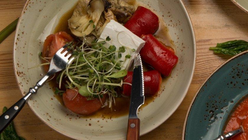 Салат из сезонных печеных овощей, феты и пряной заправки, 93 грн