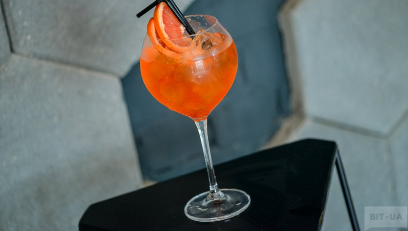 «Milano Spritser» — white dry wine, Campari, grapefruit.