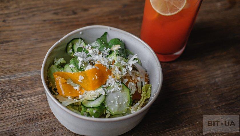 Зеленый салат с хрустящими овощами, тыквенными семечками и соусом шисо – 119 грн